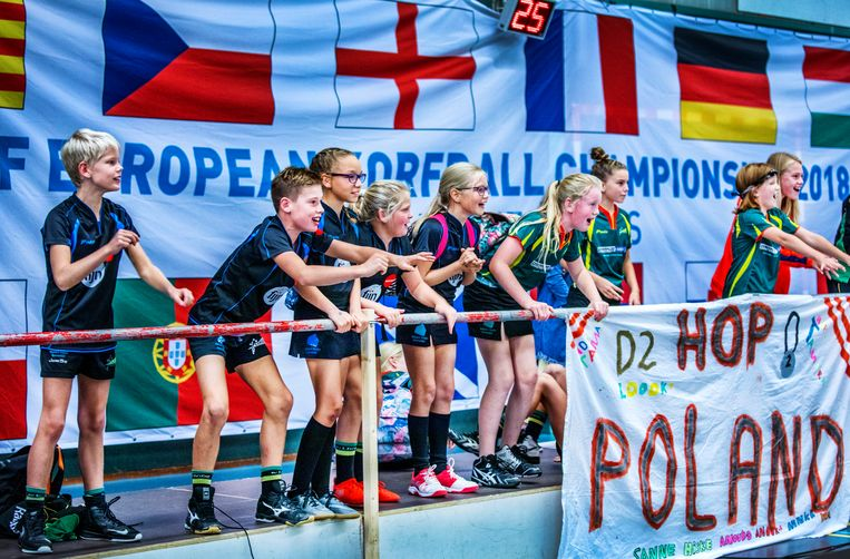 Jeugdige Friese aanhangers van Polen. Beeld Raymond Rutting / de Volkskrant