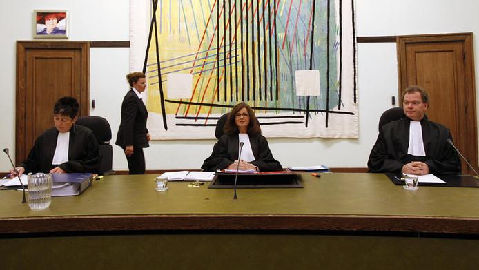 President van de rechtbank, W.M.C. Tilleman (M), rechters Van Woensel (L) en Van der Wijngaart (R) voor aanvang van de regiezitting in het hoger beroep in de Amsterdamse zedenzaak.