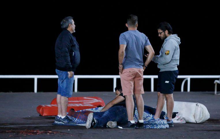 Een gewonde op de grond op de plaats van de aanrijding.