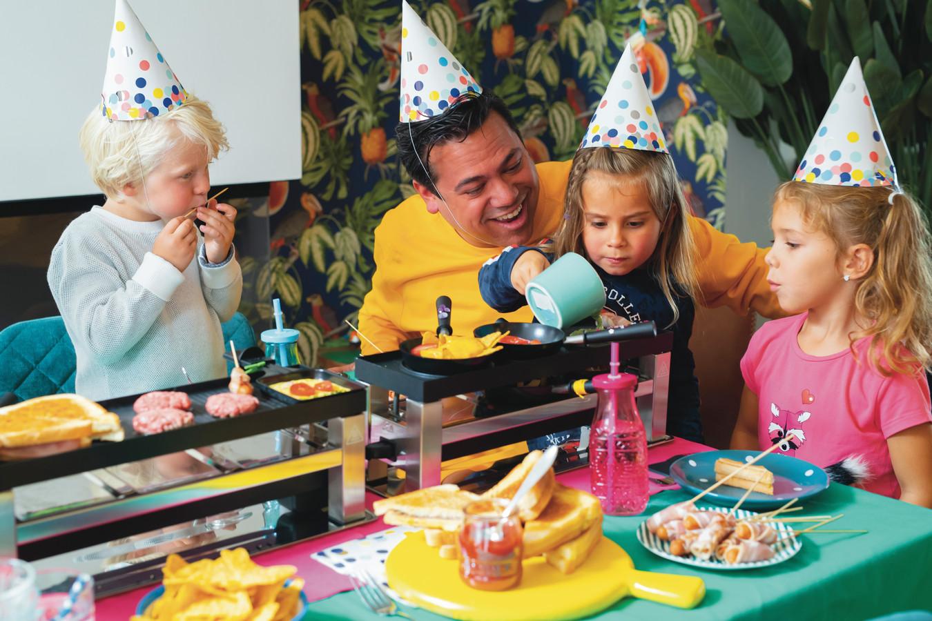 Danny Jansen, met op schoot dochter Jones, links haar vriendje Vic en rechts vriendin Zoë: : ,,Je kunt prima gourmetten op kinderfeestjes, of gewoon in het weekeinde.''