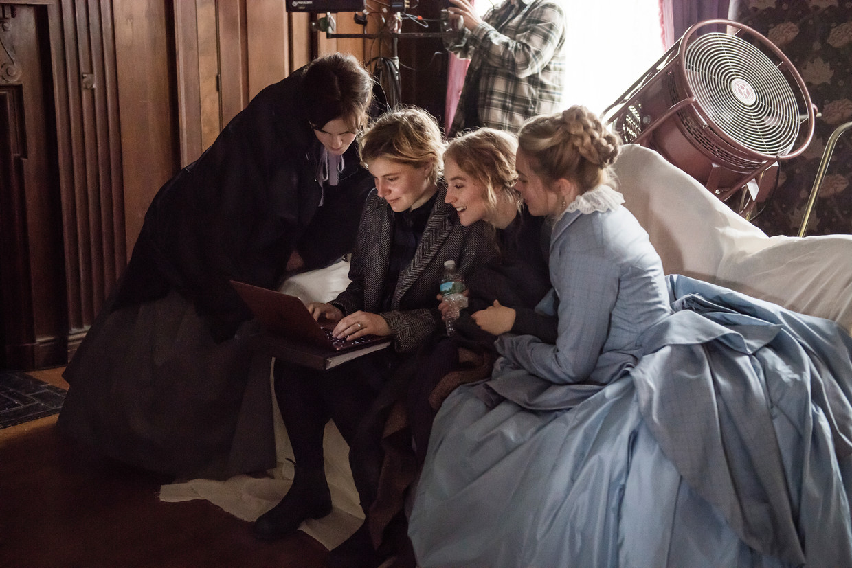 Meg March (Emma Watson), regisseur Greta Gerwig, Jo March (Saoirse Ronan) en Amy March (Florence Pugh) op de set van 'Little Women'.