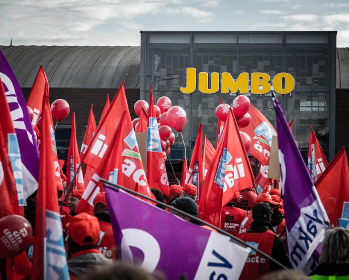 De medewerkers van distributiecentra van supermarktketen Jumbo staakten vorig jaar in Veghel voor een betere cao. Nu claimt Jumbo dat ze massaal voor een Arbeidsvoorwaarden Regeling hebben gekozen.