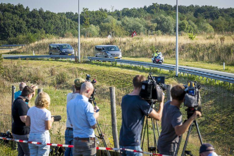 De betrokkenen bij aankomst bij de besloten schouw op de Brunssummerheide in de zaak over de moord op de elfjarige Nicky Verstappen in 1998.
