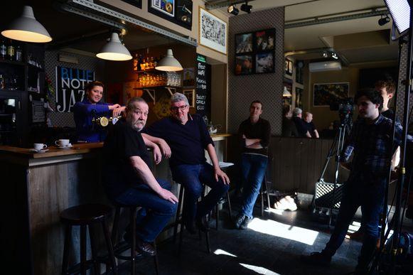 Oud-cafébaas Flor Dewit (links) en Jan Delvaux aan de toog van Den Delper tijdens de opnames.