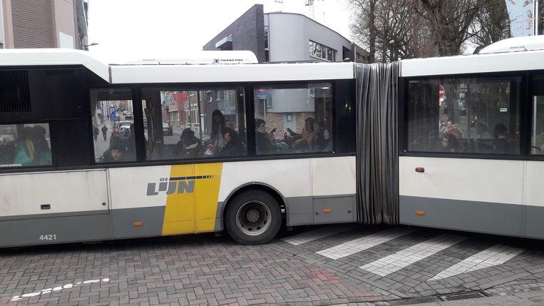 De bus bezette het drukke kruispunt tussen de Broekstraat en de Goossensvest.