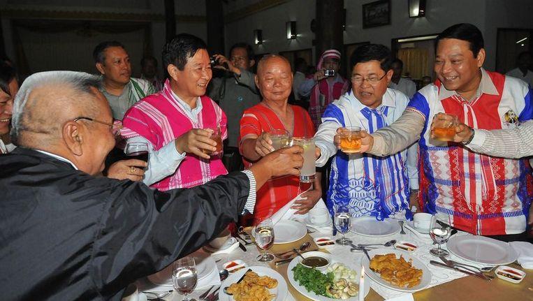 Karen-leiders toosten met ministers van Myanmar. Beeld afp