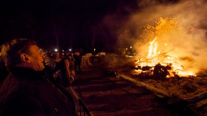 Kerstboomverbranding op Kasseileggersplein, organisator Unizo haalt kerstbomen op