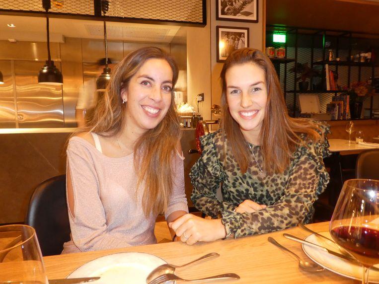 """Iris Kranenburg (Entree Magazine) en Fenna van Surksum (Buik van Amsterdam), heel blij met de buffalo ricotta: """"Dit is wel de guilty pleasure van de avond. Die boter!""""  Beeld Hans van der Beek"""