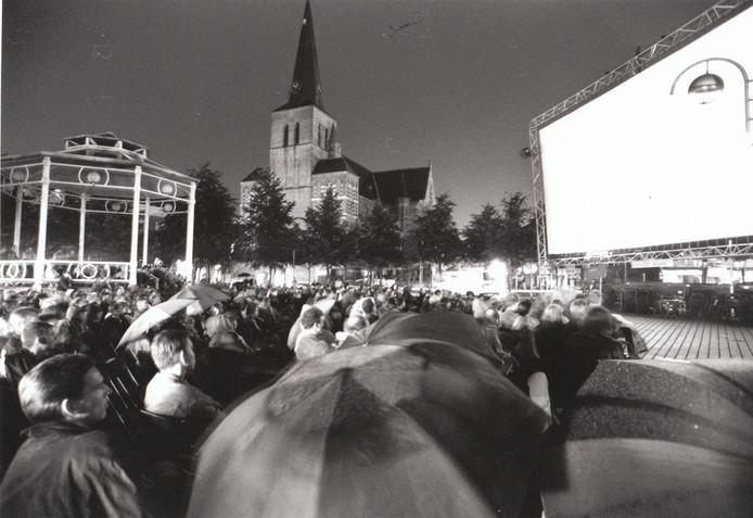 Het werd in Deurne als een culturele aderlating ervaren toen bioscoop Bio Vink zijn deuren moest sluiten. Maar er viel in de jaren '70 zelfs in Deurne geen droog brood meer aan te verdienen. Pas vele jaren later wonnen de Deurnese cinefielen iets van hun trots terug toen ze De Nacht van het Witte Doek uitvonden. Voortaan was Deurne minstens één weekend per jaar weer bioscoopstad, al moesten de films soms vanonder paraplu 's worden gevolgd, zoals op deze foto uit 1994 (met kiosk op de markt). In 2017 vindt de 26e editie van het filmfestival plaats.