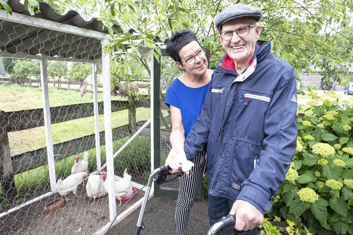 Gerrit Jan Kamphuis nam zijn eigen kippen mee naar Erve Nienenhoek in Den Ham.