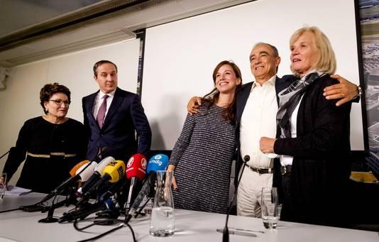 Julio Poch op Schiphol, geflankeerd door zijn dochter Alejandra en zijn echtgenote Grethe.