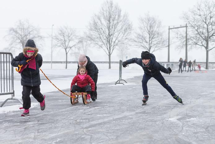 Op evenemententerrein De Tippe schaatst jong en oud op een schaatsbaan die in twee nachten ontstaan is.