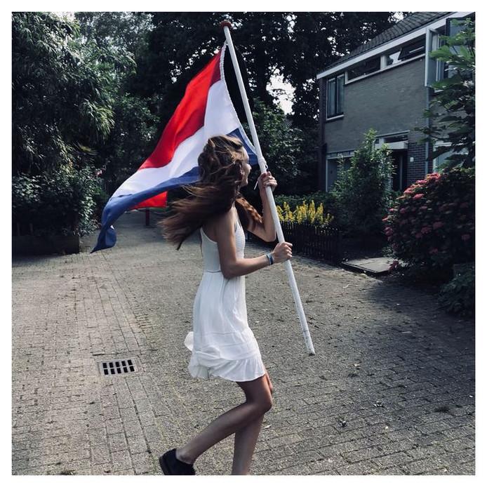 'Van harte gefeliciTAART', zegt Petra Anders tegen de voor haar Havo geslaagde Susanne Anders. Weer eens wat anders.