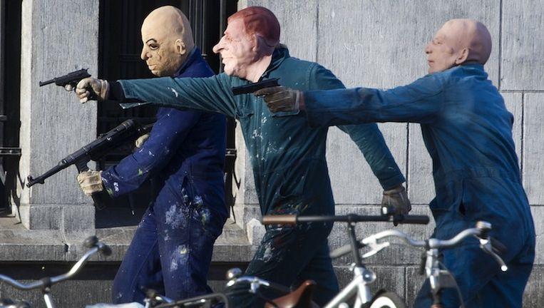 Met getrokken wapens spelen acteurs (Jim Sturgess, Tom Cocquerel en Sam Worthington) met maskers op een bankoverval na op de Keizersgracht voor de Heineken-film The Kidnapping of Freddy Heineken. Beeld ANP