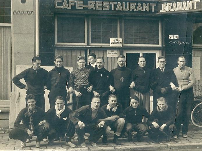 In het boek 'Het Gras Ontgroeid' staat deze archieffoto uit 1941, 'van de mannen, die in de bosschen om Breda hardliepen'. Op deze foto, genomen voor de gevel van hotel-café-restaurant Brabant (tegenwoordig Oncle Jean) staan 7 van de 16 mannen, die op dezelfde locatie op 14 november 1942 aanwezig waren bij de officiële oprichtingsvergadering van Sprint. Dat zijn op de achterste rij (vanaf links: Piet de Korte (1), Kees de Theye (2), Koos van de Sande (3) en Ad Haagh (9). Op de voorste rij: Hein van Haagen (1), Piet van Beek (2), Dick Oosterhuis (3) en Wim van Dongen (5).   Navrant tijdsbeeld: op de ruit hangt een plakkaat met de tekst 'Voor Joden Verboden'.