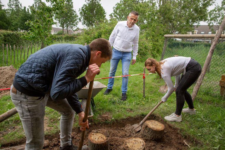 Economieleraar Henk Veurink met enkele leerlingen van het Zone College, een Eco-school. Beeld Herman Engbers