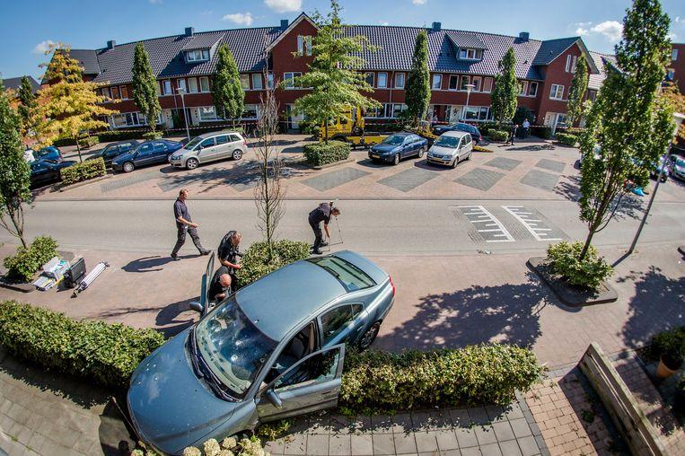 In de Akkerbergstraat te Zwolle kwam de bestuurder van deze auto door kogels om het leven. Vijftienduizend euro is vrijgegeven om de dader(s) te vinden. Beeld ANP