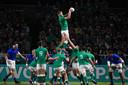 Iain Henderson (Ierland) vangt de bal tijdens het duel met Samoa.