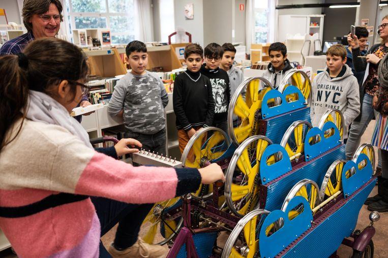 De leerlingen van het vijfde leerjaar van de Blokkendoos bezoeken de poëziefiets in de bibliotheek.