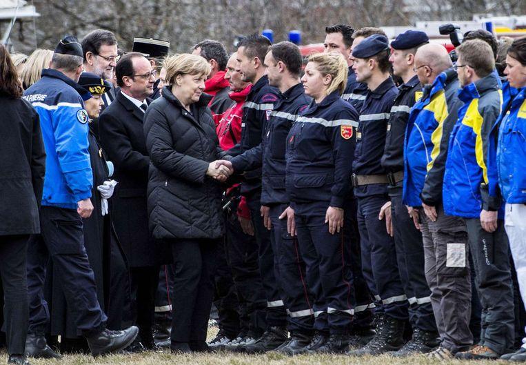 Voorafgaand aan de persconferentie bezochten Merkel, Hollande en Rajoy de politiemensen in Seyne-les-Alpes. Ze vlogen met een helikopter over het rampgebied. Beeld afp