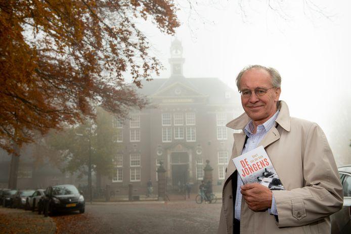 Geert van de Kolk voor het Gymnasium Apeldoorn, waar de hoofdrolspeler in zijn autobiografische roman De Jongens naar school gaat.