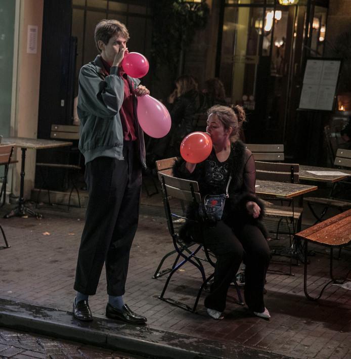 In het centrum van Amsterdam behoort het beeld van aan ballons lurkende lachgasgebruikers sinds dit weekend tot het verleden.