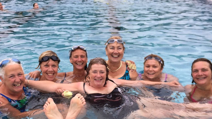 De vriendinnen van Marion Traas (2de van rechts) oefenen nu nog in het binnenbad voor hun zwemtocht over het Lago Maggiore. Vanaf links: Annemiek, Mieke, Margriet, Anita, Nel, Marion en Petra.