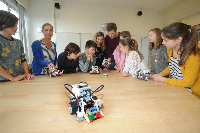 Met deze robotjes leren de leerlingen spelenderwijs programmeren, creatief denken en samenwerken.