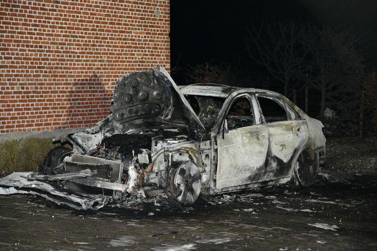 De wagen is volledig uitgebrand.