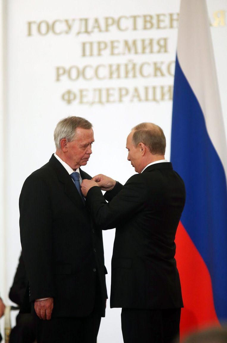 Valentin Raspoetin (links) wordt in 2013 geëerd met de Russische Staatsprijs door de Russische president Vladimir Poetin. Beeld epa