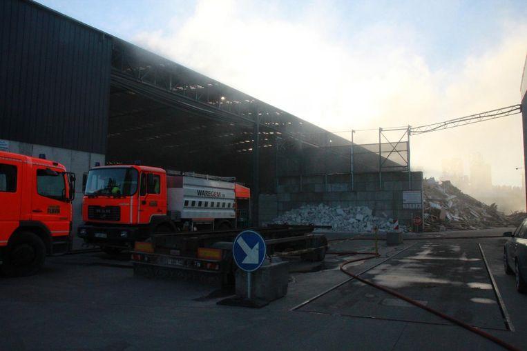 De brand bij recyclagebedrijf Callens langs de Breestraat ging gepaard met veel rookontwikkeling.