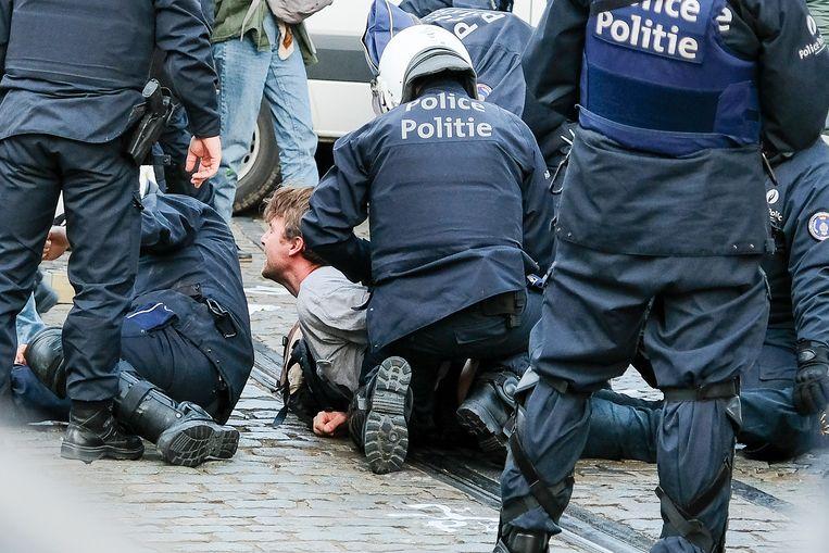 Afgelopen weekend werden 435 activisten van de klimaatbeweging Extinction Rebellion aangehouden. Dat leek te gebeuren met onnodig politiegeweld.