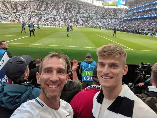 Jordie van der Laan (rechts) met een kameraad in het stadion van Tottenham Hotspur voor het duel met Ajax, vorige week.