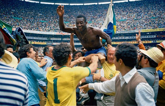 Pelé gaat op de schouders na het winnen van het WK 1970.