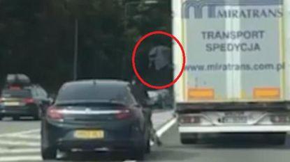 Opzienbarende video toont hoe 13 verstekelingen uit truck springen op snelweg