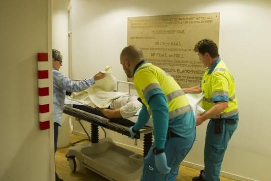 De eerste patiënt wordt binnengebracht.