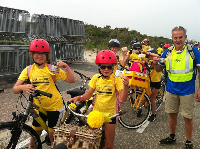 Kinderen van de basisscholen De Moolhoek uit Kapelle en de OBS uit Wemeldinge krijgen op Neeltje Jans hun accreditatie en zijn nu officieel 'crew'. Ze geven straks een optreden onder meer met fietsbellen.