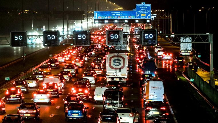 Files door regenval op de A4 nabij Schiphol. Beeld anp