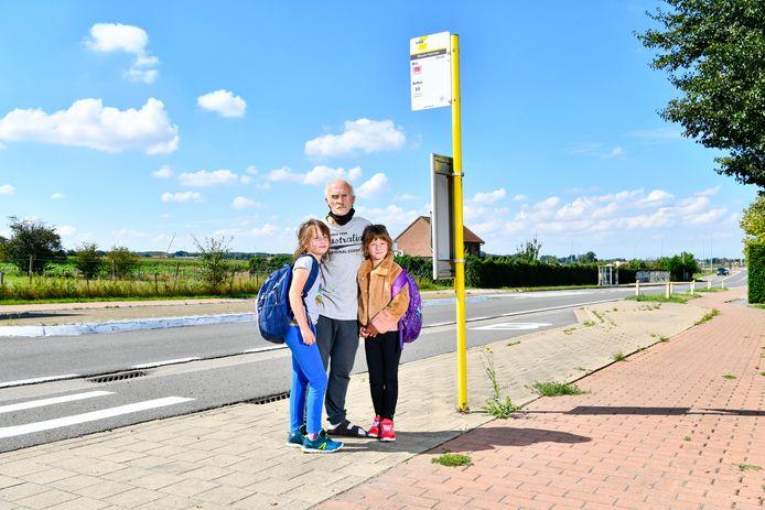 Johan Vannevel en zijn dochters Kyara en Alysha aan de bushalte. Ze zien voorlopig weinig verbetering.
