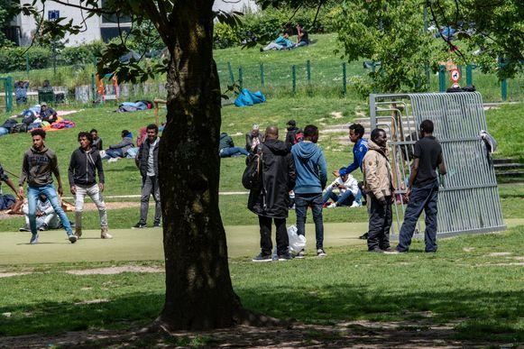 Het Maximiliaanpark in Brussel: vrijwilligers zien er steeds vaker Afrikaanse tieners opduiken.
