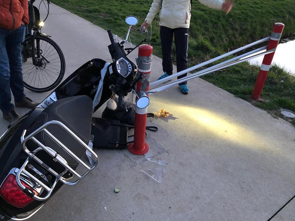 De scooter bij de bewuste plek.