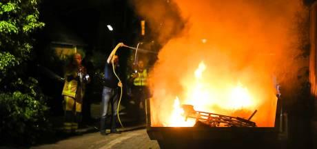 Drukke nacht voor brandweer Apeldoorn: Vlammen schieten hoog uit containers en brandende bosjes