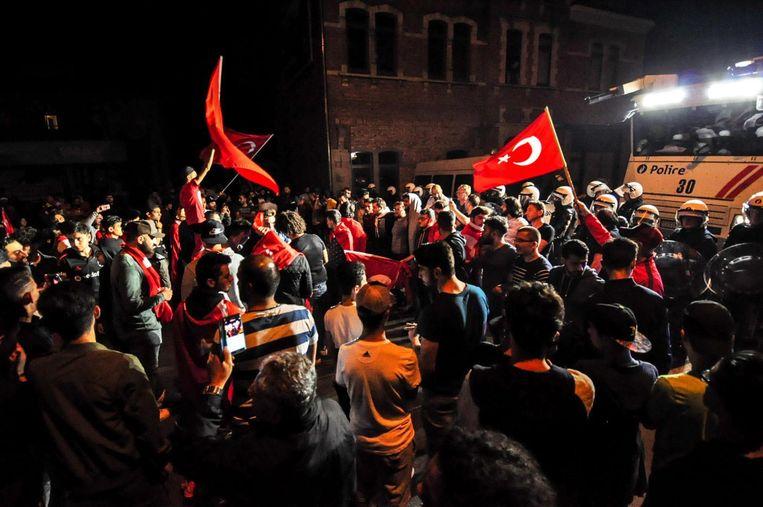 Enkele heethoofden van de Turkse gemeenschap protesteerden tegen de mislukte staatsgreep, onder het waakzame oog van de politie.
