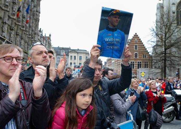 Het publiek in Leuven eert Michael Goolaerts.