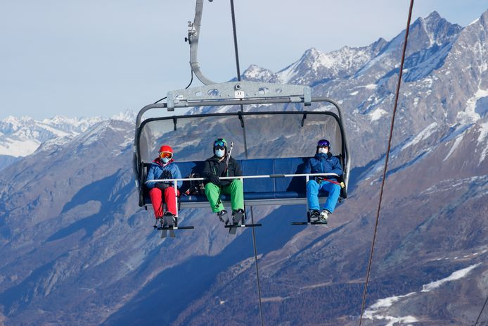 In Zermatt zijn de pistes al open. Daar mogen skiërs alleen met een mondkapje de berg op.