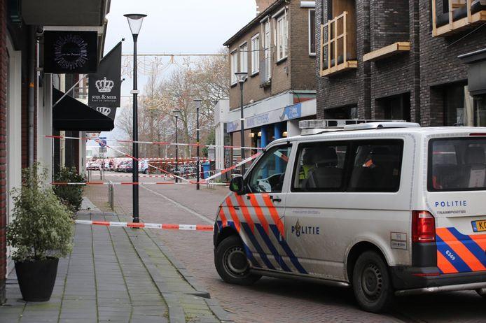 De politie heeft de omgeving afgesloten en omliggende woningen uit voorzorg ontruimd. De EODD zal ter plaatse komen om het pakketje te onderzoeken.