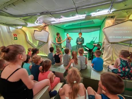 Mobiele, uitschuifbare concertzaal strijkt neer op schoolplein in Schaijk