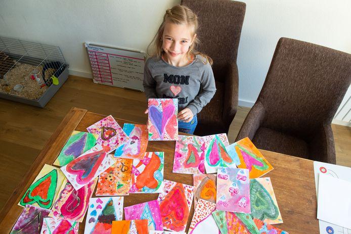 Breda Pix4Profs/René Schotanus. Tessa Frerejean (7) maakte tekeningen voor bejaarden. Haar favoriete tekening houdt ze vast.