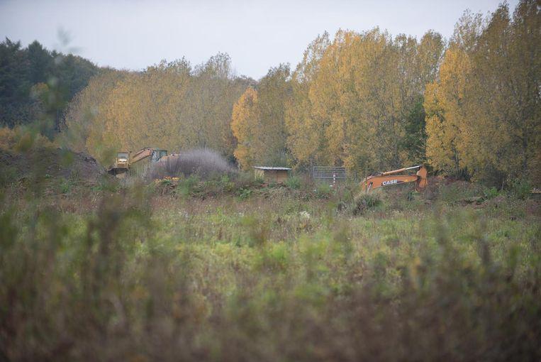 Bulldozers van OB&D in actie in de vroegere zandwinningsgroeve.