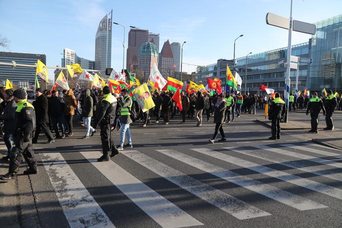 De demonstranten gingen in optocht door de stad heen.